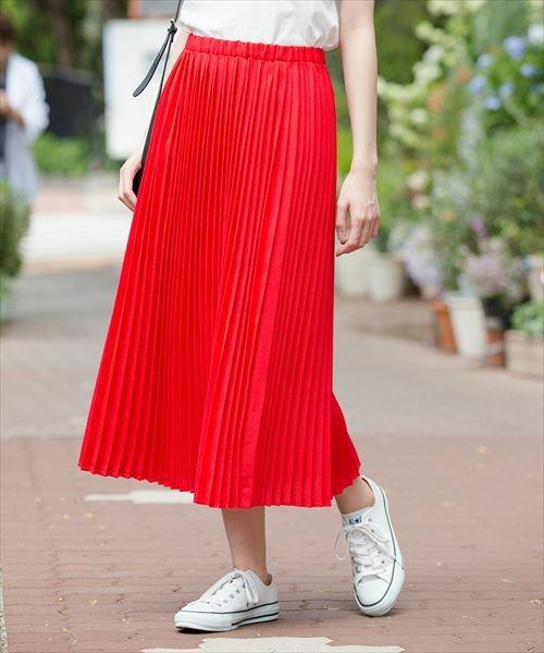 赤のプリーツスカート