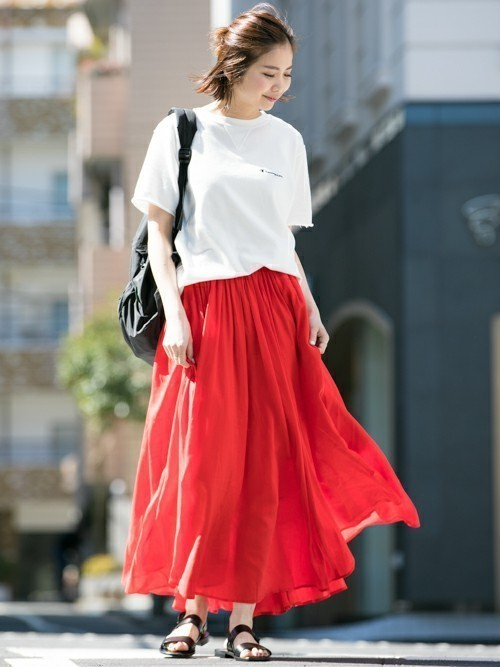 赤のロングスカート