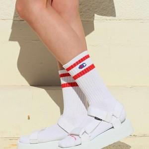 大人の女性も取り入れたい!2018年サンダル×靴下の合わせ方を解説