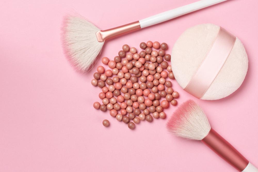 ピンクのパフやブラシ
