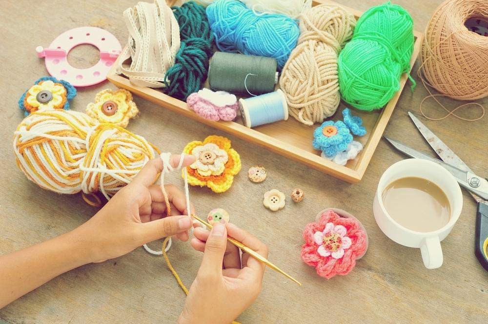 毛糸を編む女性