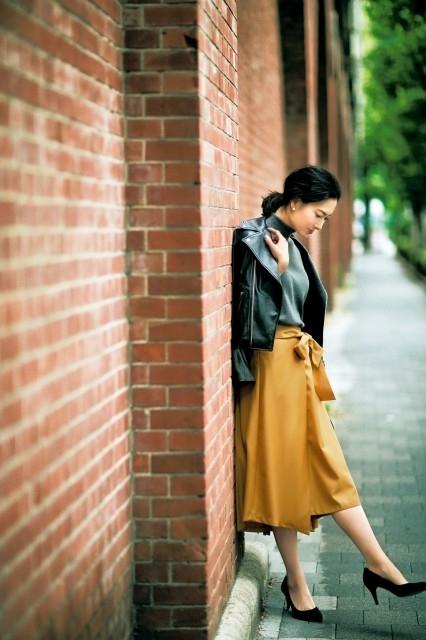 ライダースとマスタード色スカート