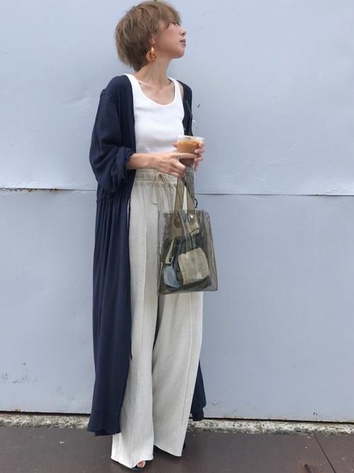 アイスコーヒーを持って待っている女性