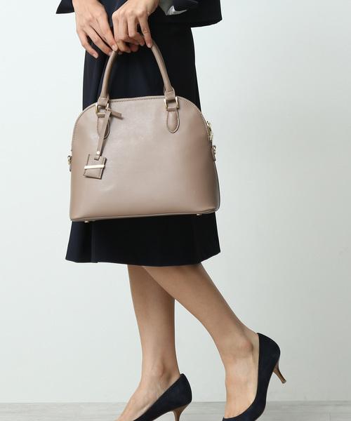 ベージュのハンドバッグ
