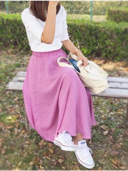 ピンクのスカート×スニーカー