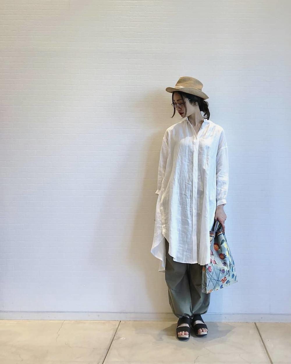 白シャツワンピ×グレーのパンツ×麦わら帽子