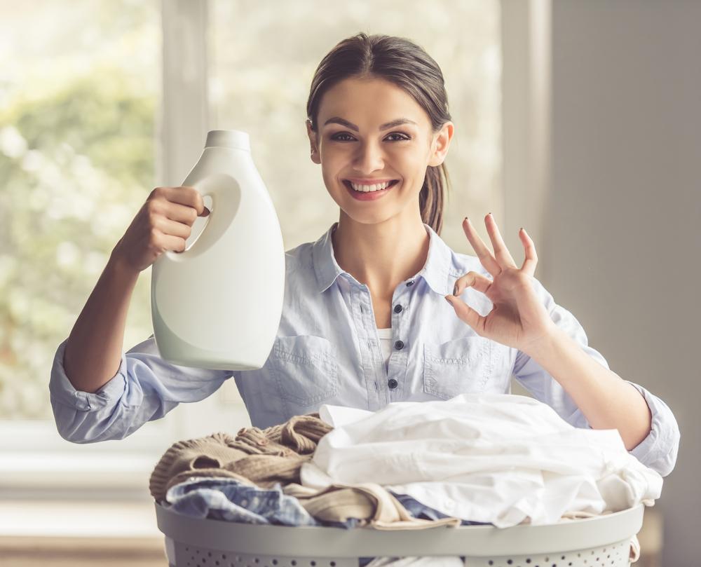 洗剤を持つ女性