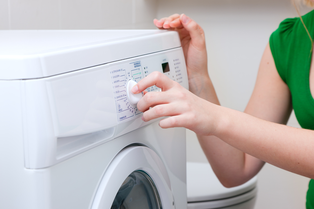洗濯をする女性の手元
