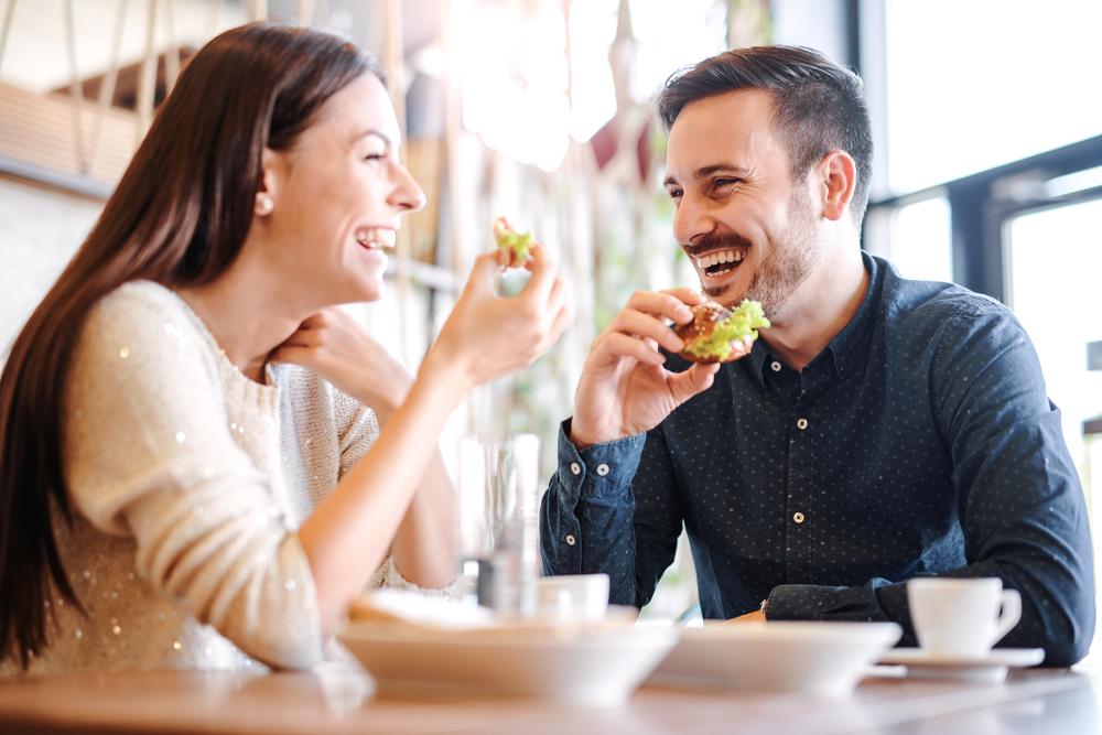 食事デートをしているカップル