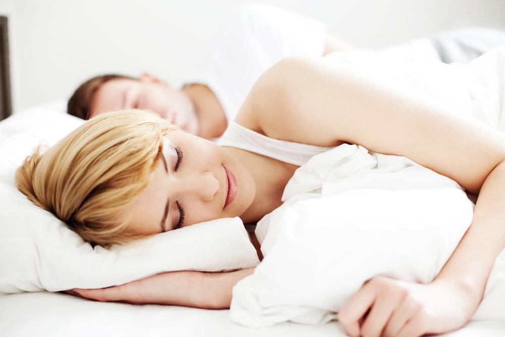 睡眠中の夫婦
