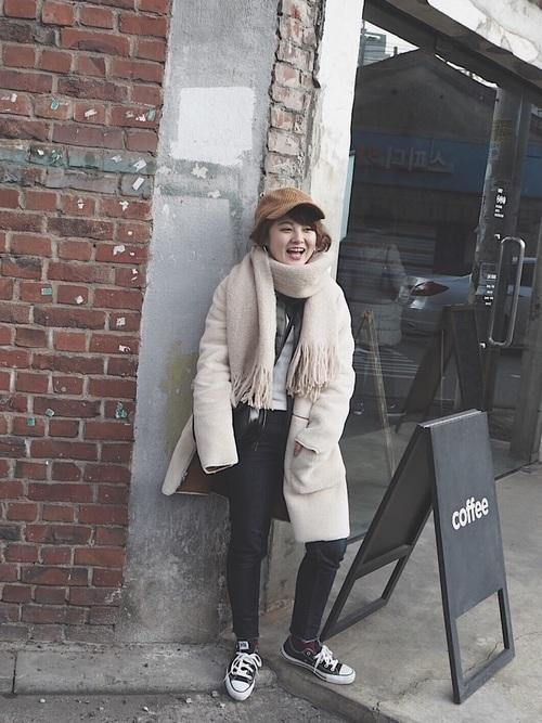 冬に韓国旅行をする女性