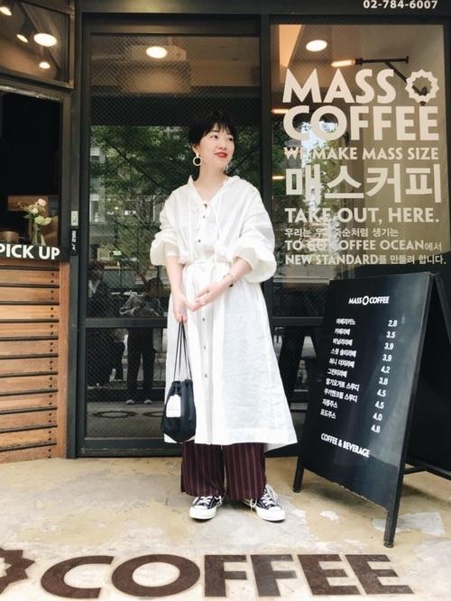 春に韓国旅行をする女性