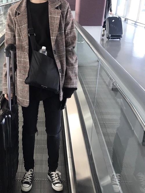 秋に韓国旅行をする女性
