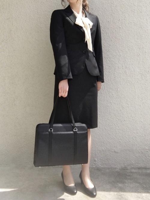 リクルートスーツを着た女性