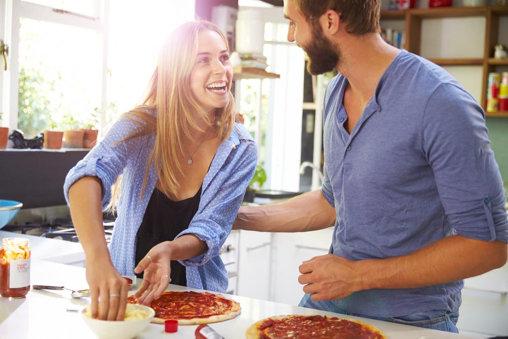 おうちデートで料理しているカップル
