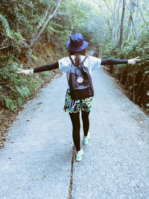 夏のハイキングの服装