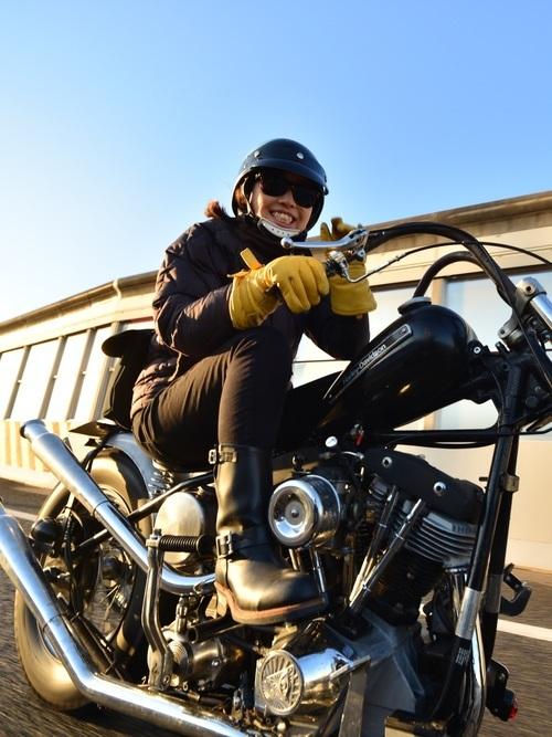 バイクに乗る女性