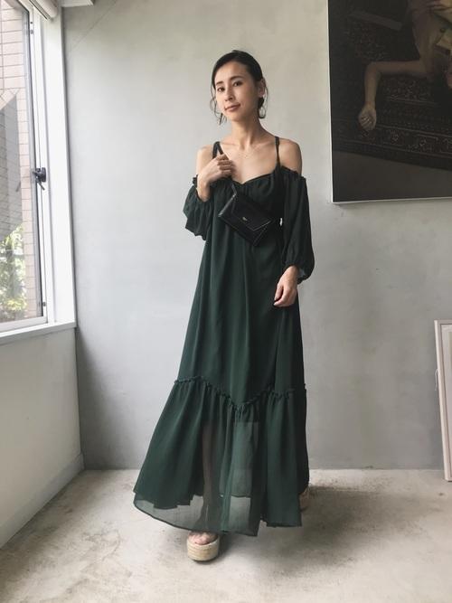 グリーンのワンピースを使ったリゾートの服装