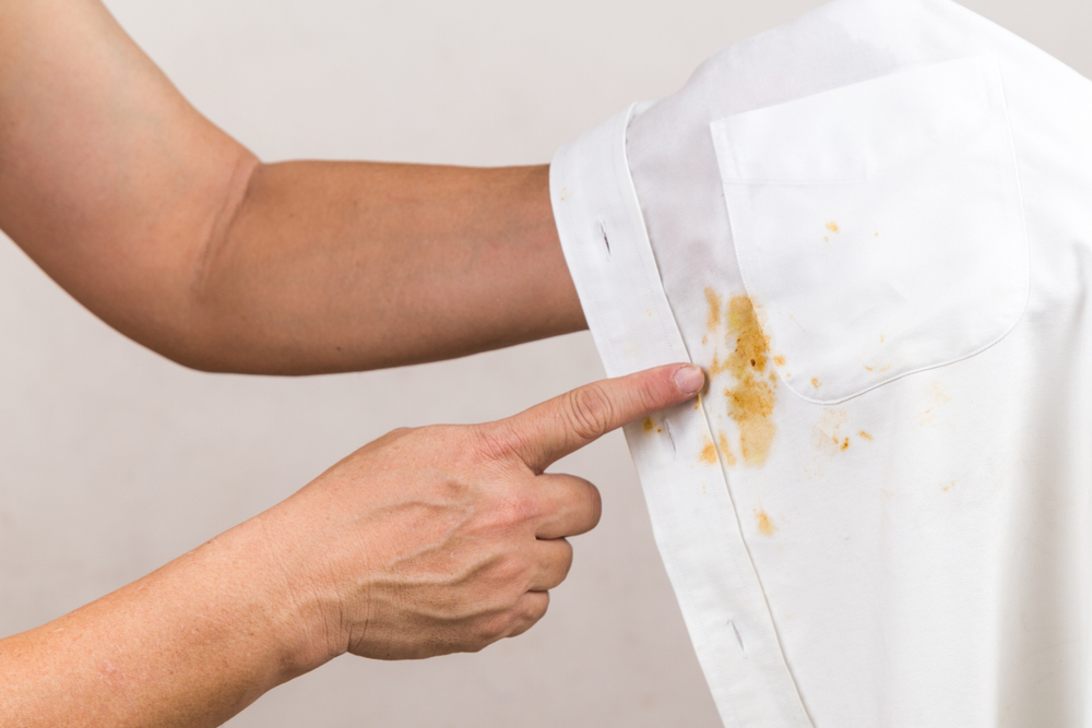 醤油で汚れたシャツ
