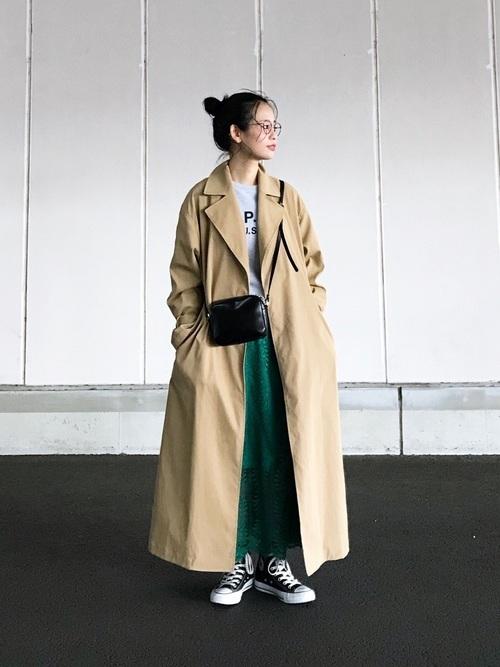 トレンチコートを着る女性