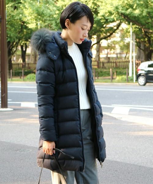 ダウンコートを着る女性