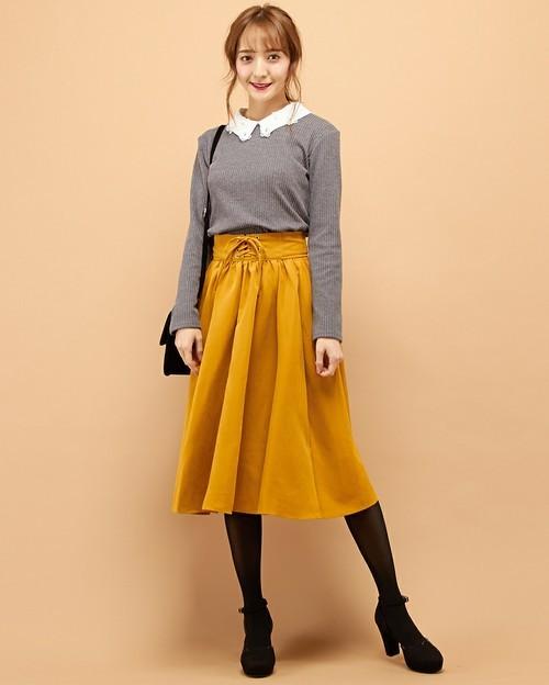 長袖のリブTシャツ×フレアスカートの上品コーデ