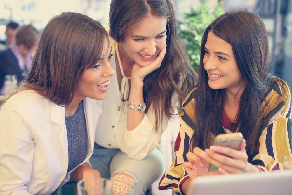 友達とおしゃべりしている女性達