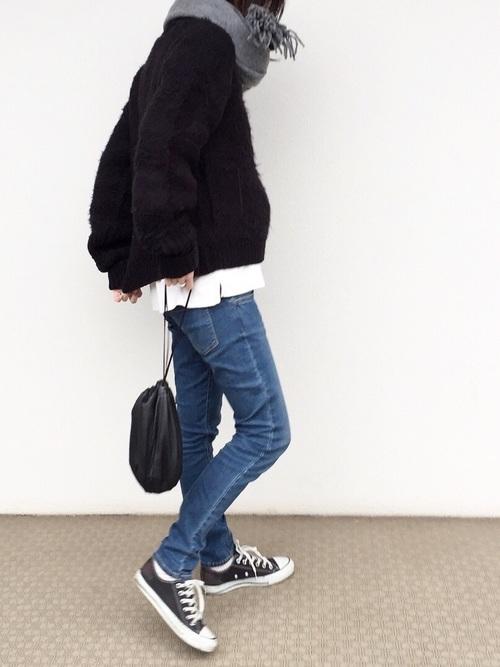 ブラックセーターとデニムのコーデ