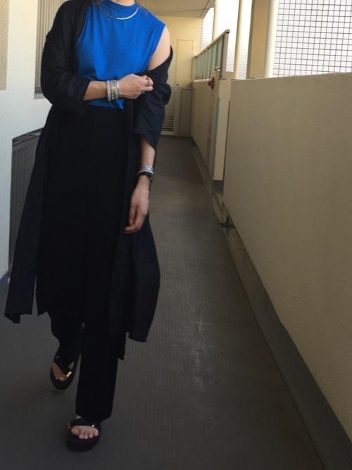 青のセーターとブラックスタイルのコーデ