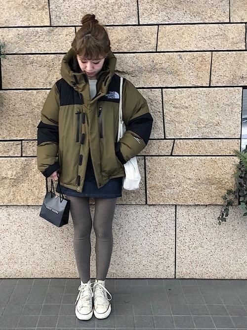 ダウンジャケットを着た女性