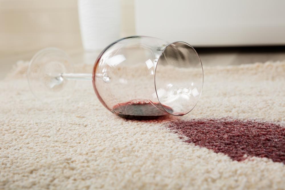 カーペットにこぼした赤ワイン