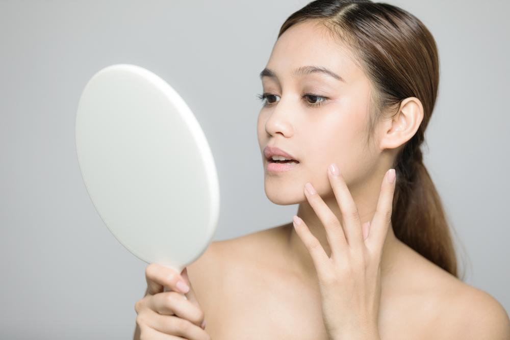 肌の状態を観察している女性