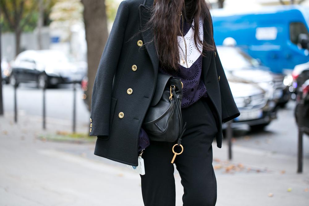 ピーコートを着た女性