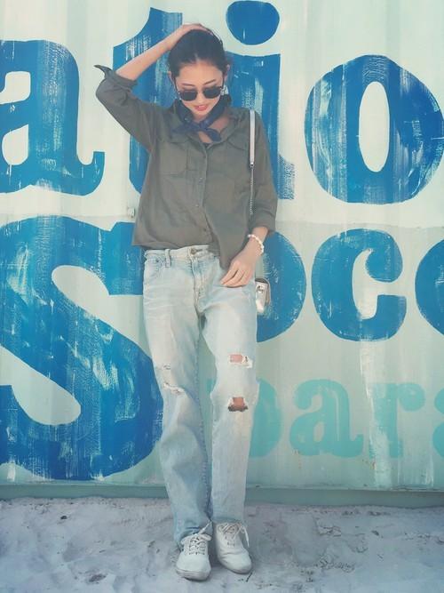 シャツ×白スニーカー