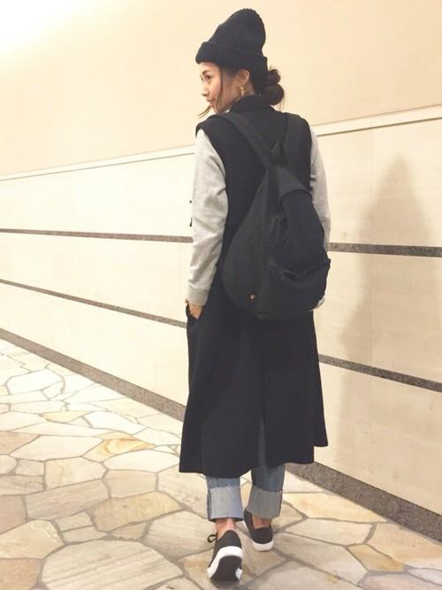 リュック×黒スニーカー