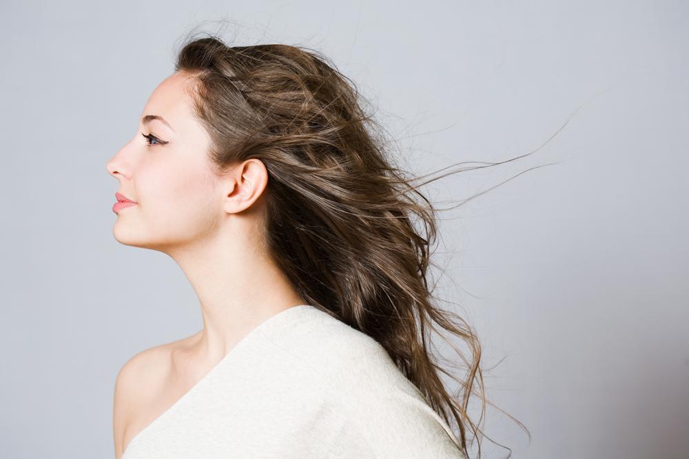 風でなびく髪