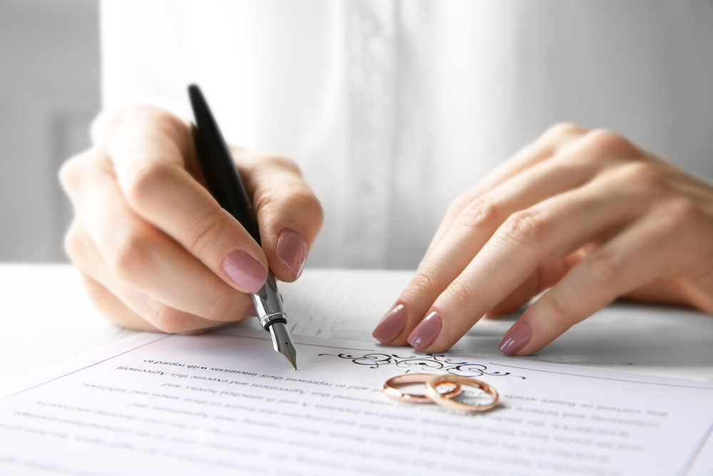 結婚の手続きをしている女性