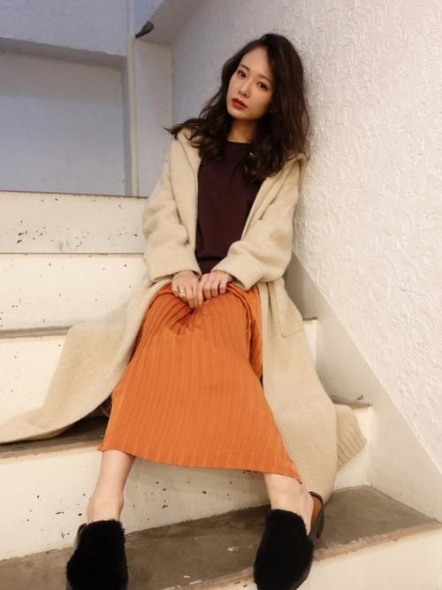 オレンジニットのスカート×ロングコートのリラックスコーデ