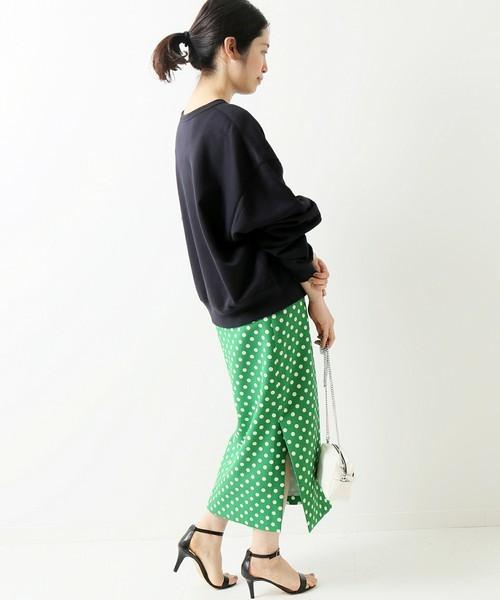 レトロなドットスカートとカジュアルを合わせたコーデ