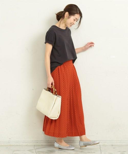 赤のドットスカートにメンズライクなアイテムを合わせたラフコーデ