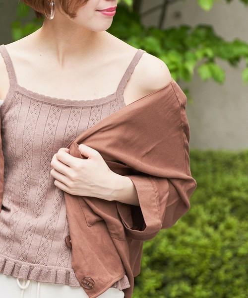ベージュニットキャミ×シャツのシンプルコーデ