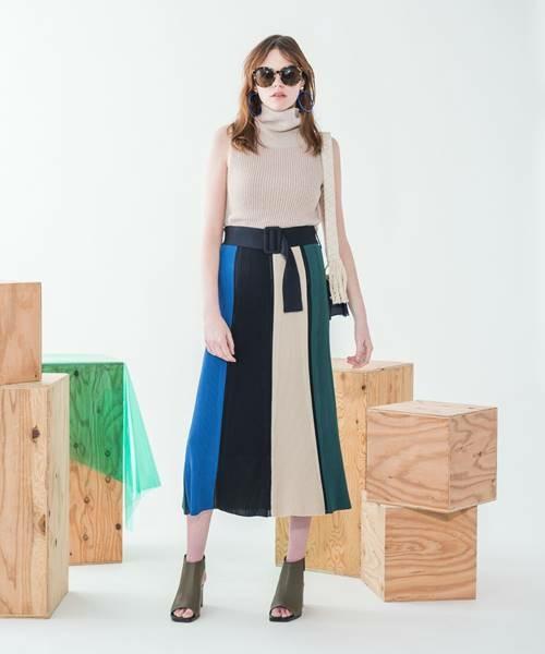 ベージュのノースリーブニット×ミモレ丈スカートの上品コーデ