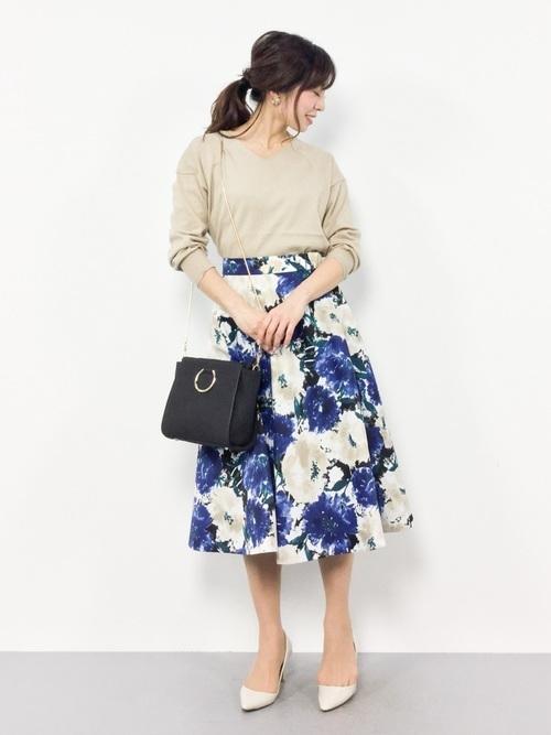 ベージュニット×花柄スカートの華やかコーデ
