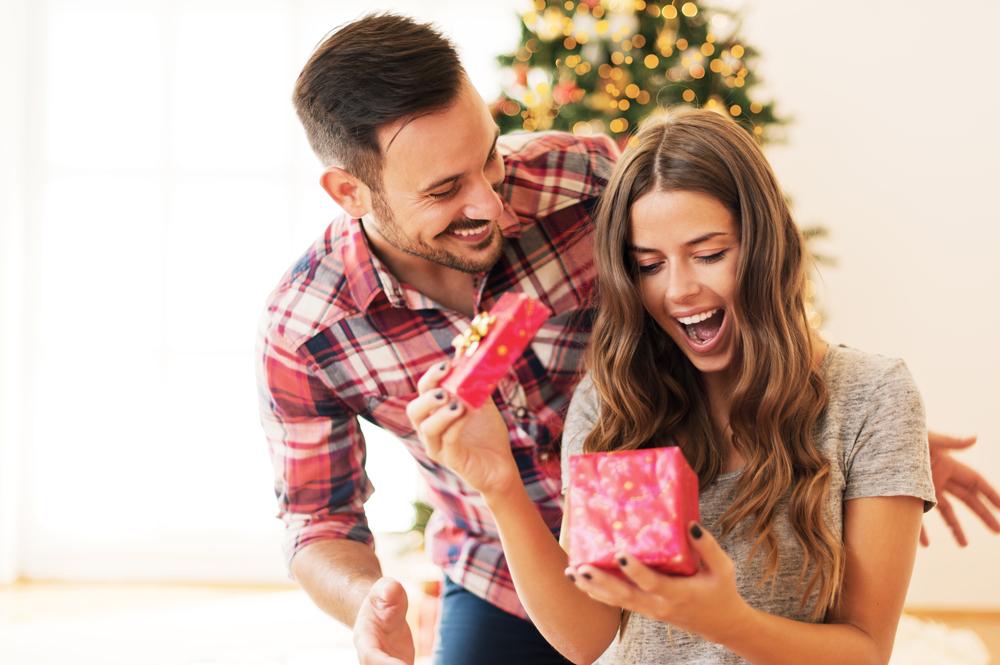 彼氏からのプレゼントを喜ぶ女性