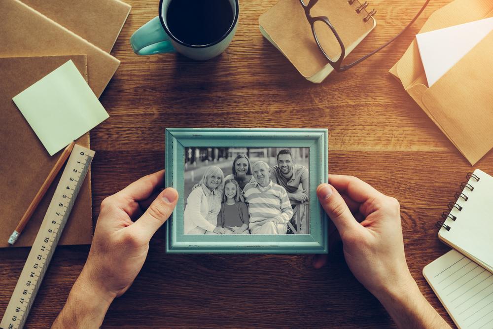 写真と手紙を見ている女性