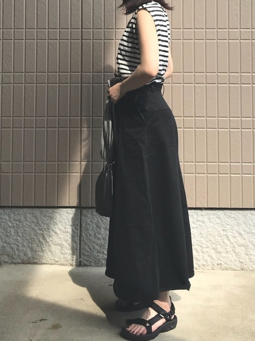 スカートコーデにソール厚めのサンダルの夏服コーデ