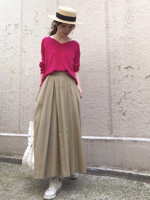 ピンクのニットとベージュのスカートのコーデ