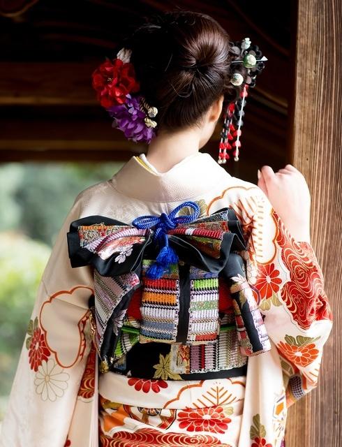 日本髪をした女性の後ろ姿