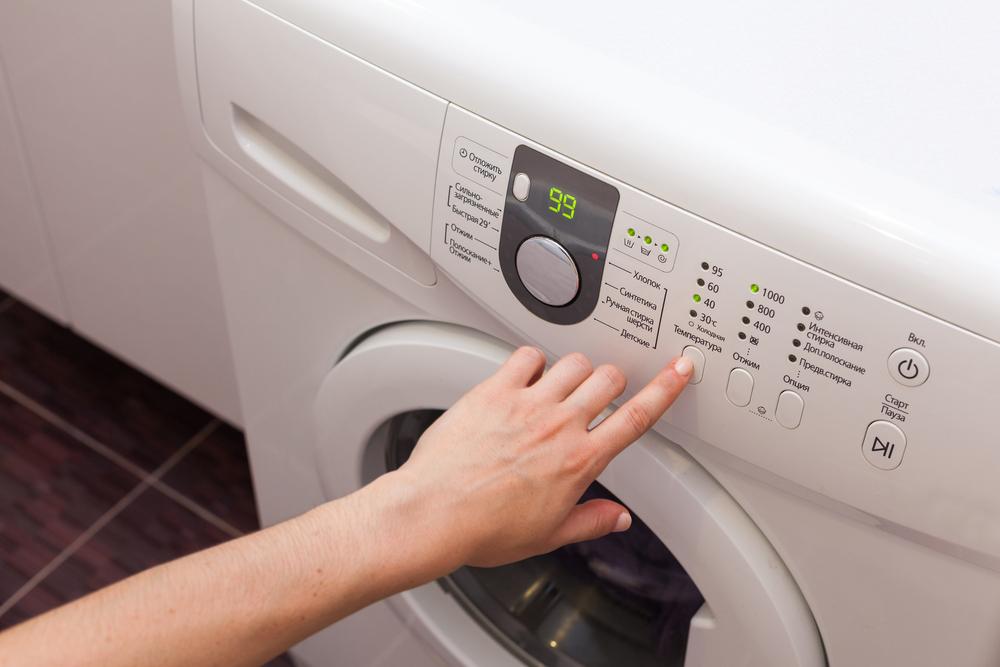 洗濯機の操作をする女性