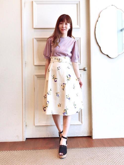 花柄スカートのフェミニンコーデ